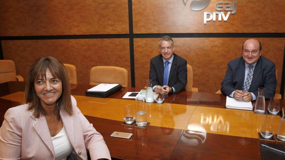Foto: El lehendakari, Iñigo Urkullu junto al presidente del PNV, Andoni Ortuzar, y la secretaria general del PSE, Idoia Mendia. (Efe)