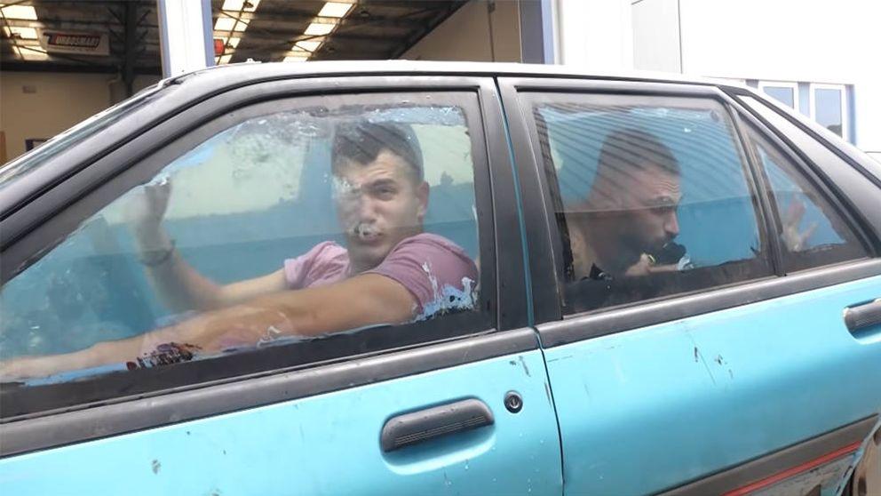 Convierten su coche en una piscina y les detienen por conducción temeraria