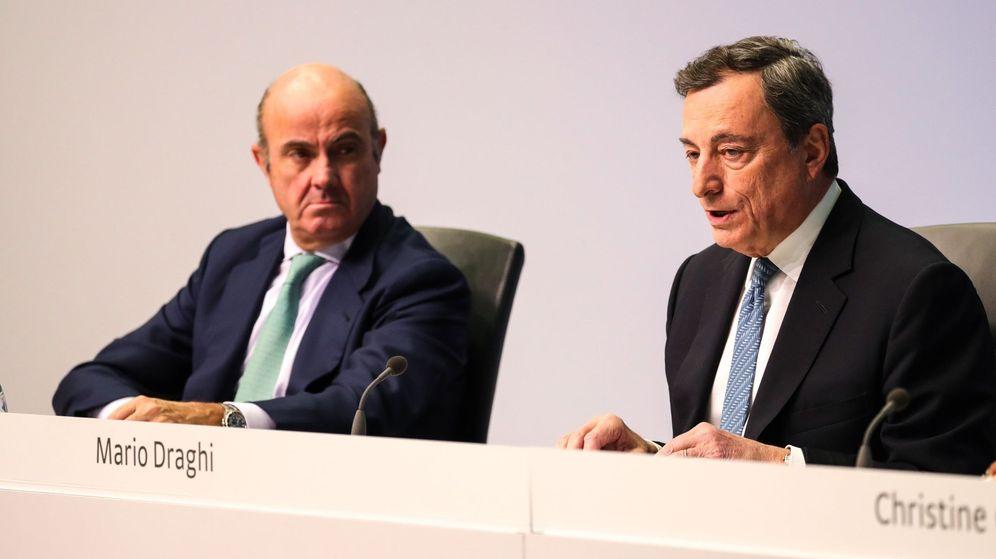 Foto: El presidente del Banco Central Europeo (BCE), Mario Draghi (d), y su vicepresidente, el exministro español de Economía Luis de Guindos. (EFE)