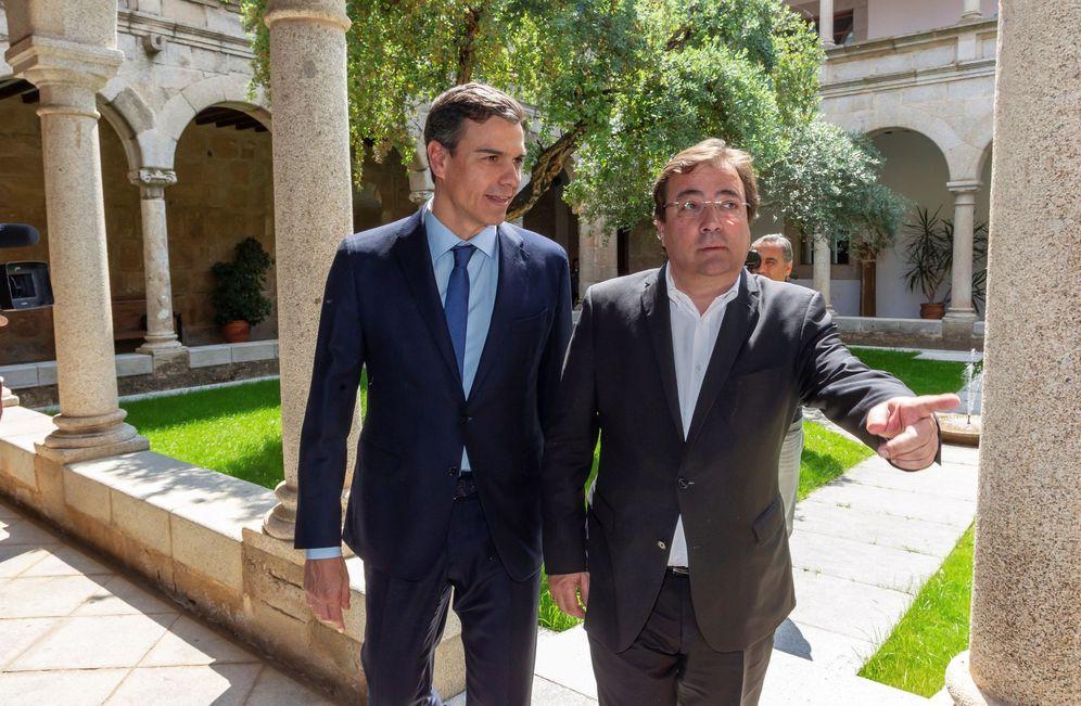 Foto: Pedro Sánchez y Guillermo Fernández Vara, este 18 de mayo en Mérida, antes de su reunión en la Presidencia de la Junta. (EFE)