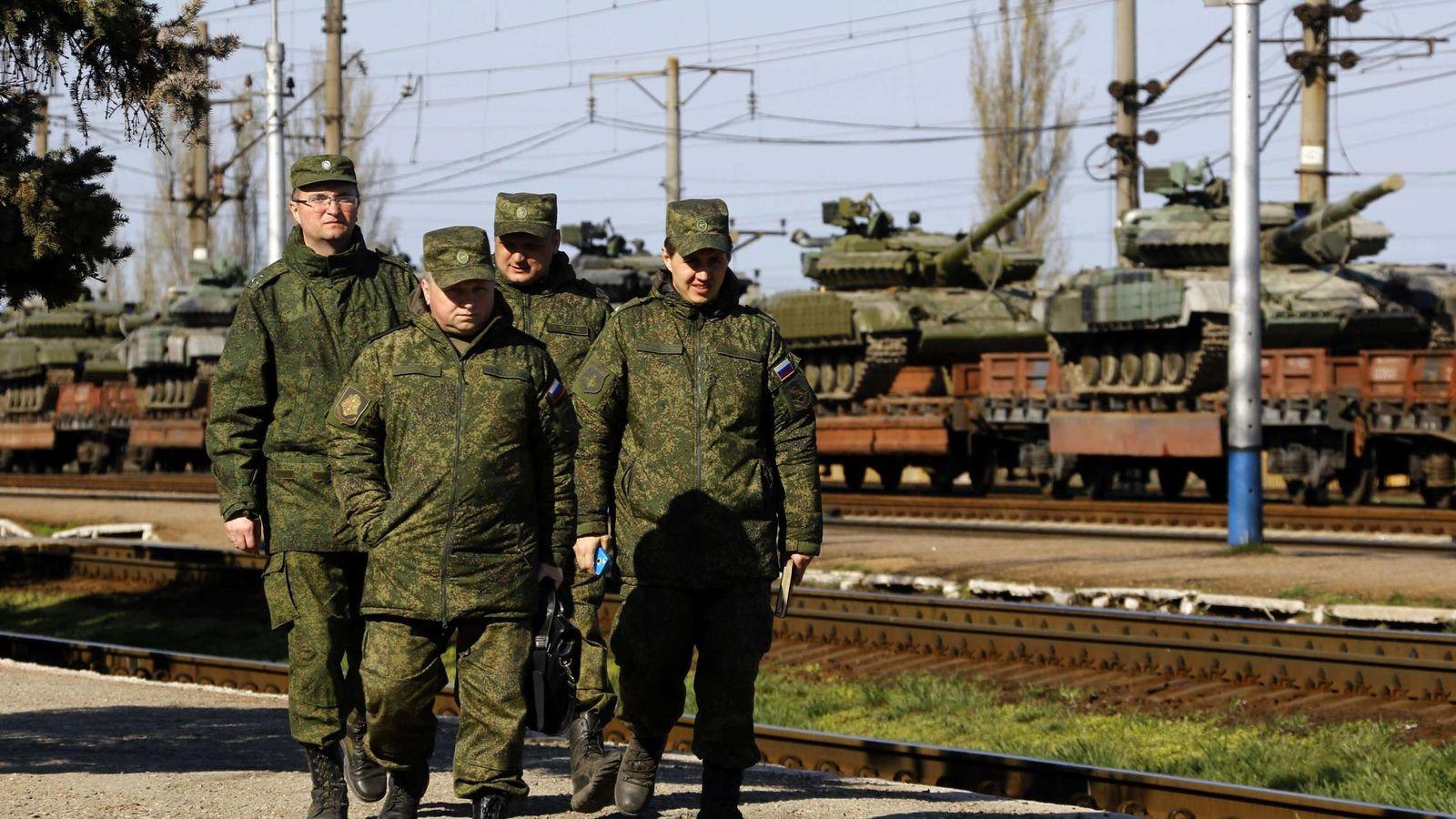 Foto: Oficiales rusos caminan por una estación de tren en Simferopol, en marzo de 2014. (Reuters)