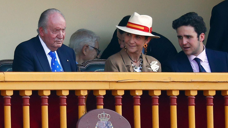 El Rey emérito, junto a su hija Elena y su nieto Froilán. (Reuters)