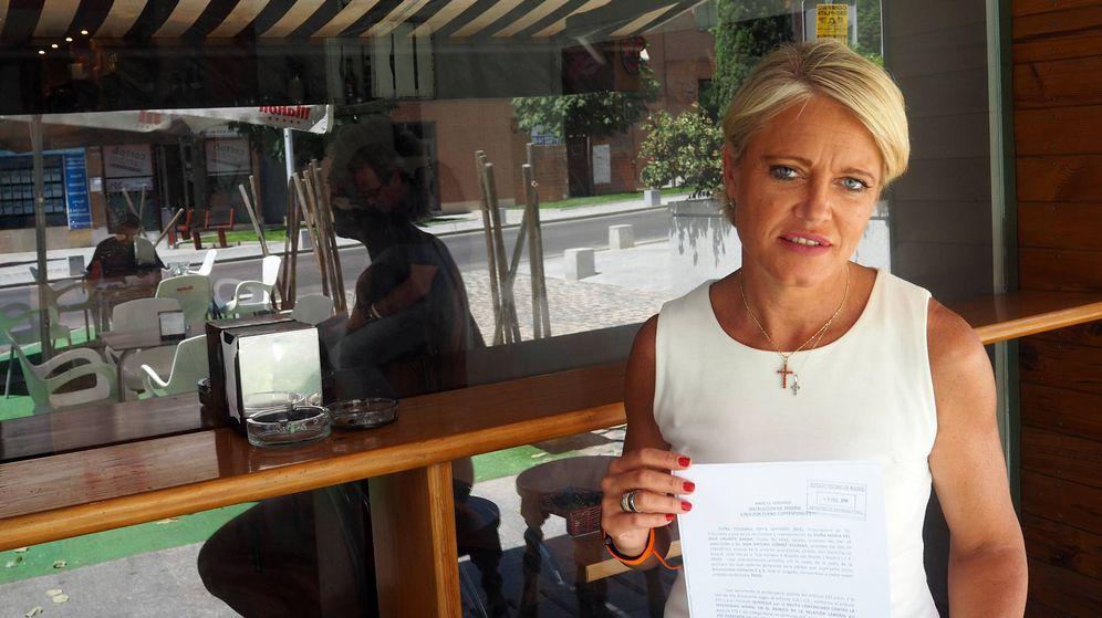 Foto: La exempleada muestra la demanda que interpuso contra su banco. (A. P.)