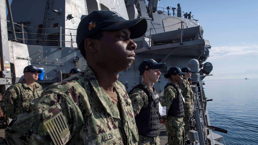 Foto: Miembros de la armada estadounidense a bordo del USS Donald Cook a su salida del puerto de Larnaca, el 9 de abril de 2018. (Reuters)
