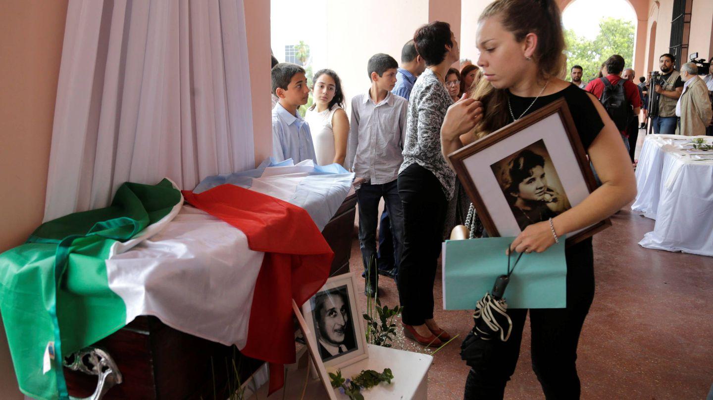 Helena Vallejos, nieta de Rafaela Filipazzi, ante un ataúd durante una ceremonia por los desaparecidos durante la dictadura de Stroessner, en Asunción. (Reuters)