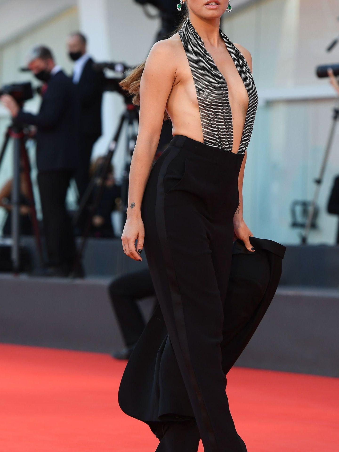 La actriz Matilde Gioli, en el estreno de 'Miss Marx' con cuerpo metalizado de pronunciado escote y pantalón negro. (EFE)