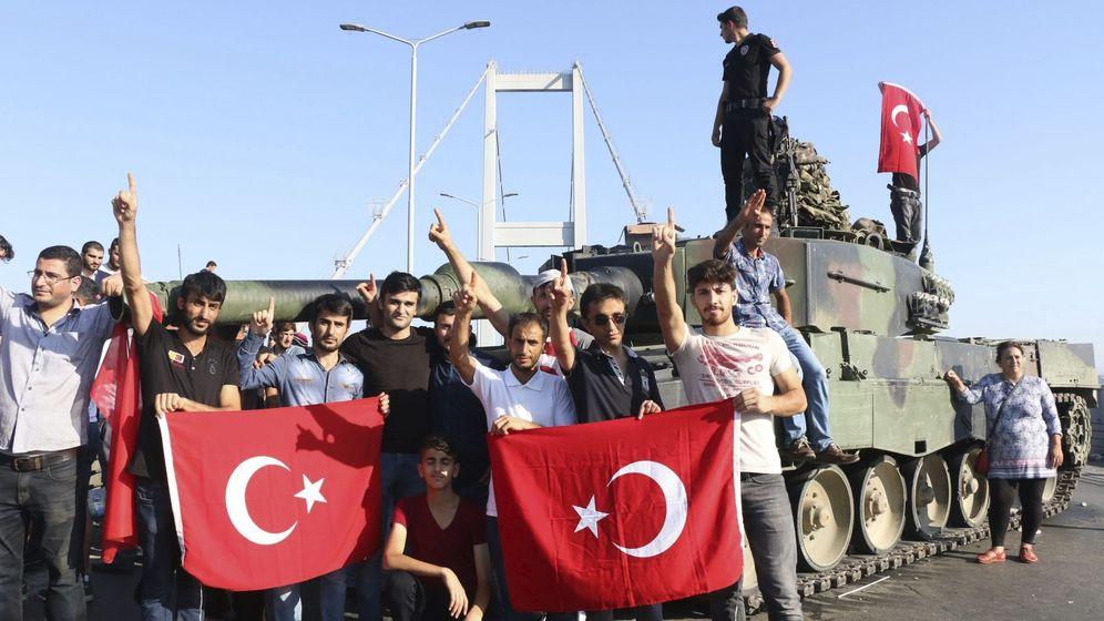 Foto: Miembros de la policía y partidarios del presidente Erdogan (Efe)