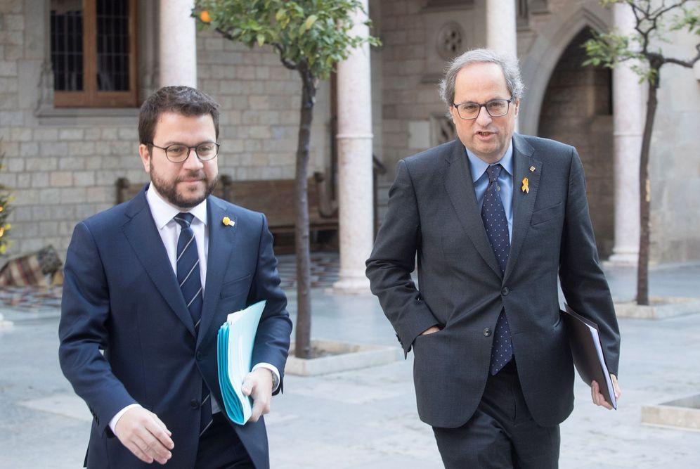 Foto: El 'president' de la Generalitat, Quim Torra, y su número dos, Pere Aragonès, de ERC, este 20 de diciembre antes de la reunión semanal del Govern. (EFE)