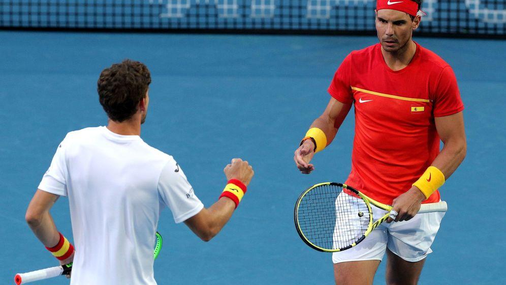 Foto: Rafa Nadal y Pablo Carreño celebran un punto en la ATP Cup. (EFE)
