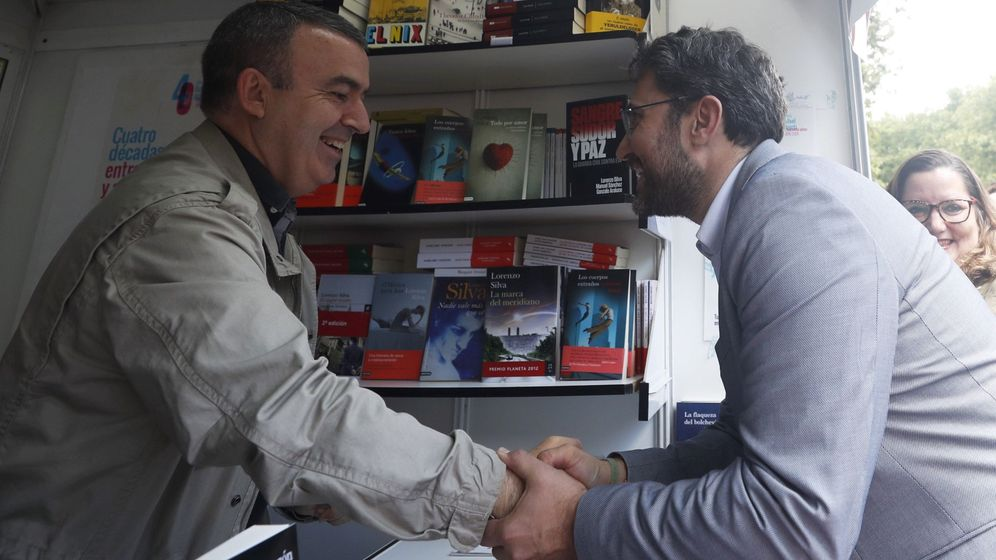 Foto: Màxim Huerta visita la Feria del Libro y saluda al escritor Lorenzo Silva. (EFE)