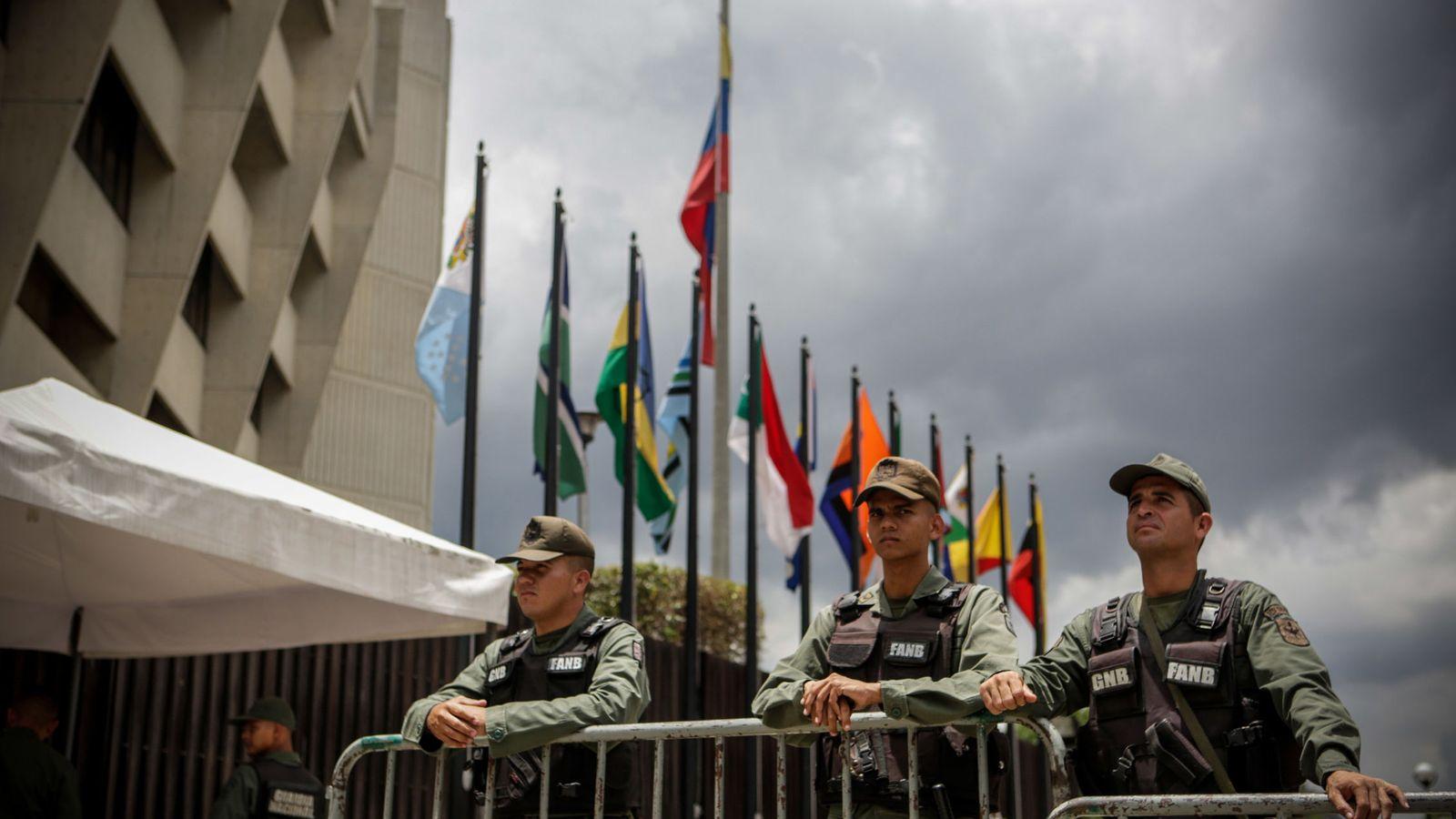 Foto: Efectivos de la Guardia Nacional Bolivariana custodian la sede del Tribunal Supremo de Justicia en Caracas, el 1 de agosto de 2017. (Reuters)
