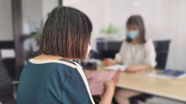Una mujer china afectada por el cierre masivo de cuentas.