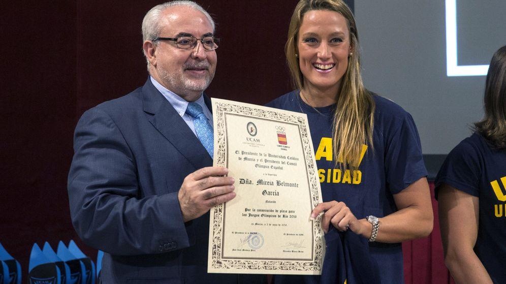 Foto: El presidente de la UCAM, José Luis Mendoza, con Mireia Belmonte. (EFE)