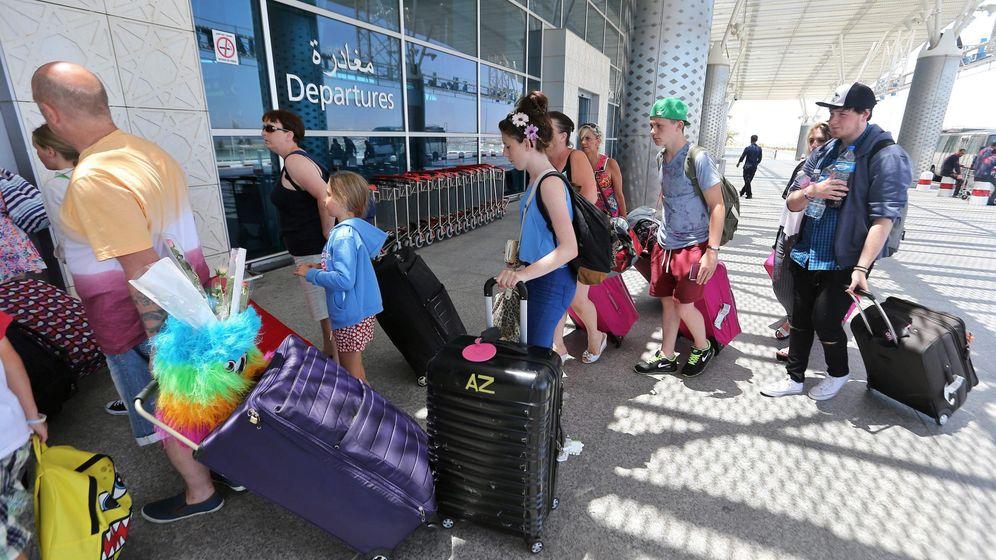 Foto: Los turistas abandona el país tras el ataque terrorista. (EFE)