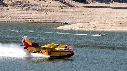 Los medios aéreos se suman a la extinción del incendio en el pantano de San Juan (Madrid)