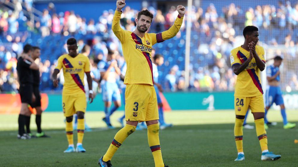 Foto: Gerard Piqué saluda a los aficionados del Barcelona tras la victoria en Getafe. (Reuters)