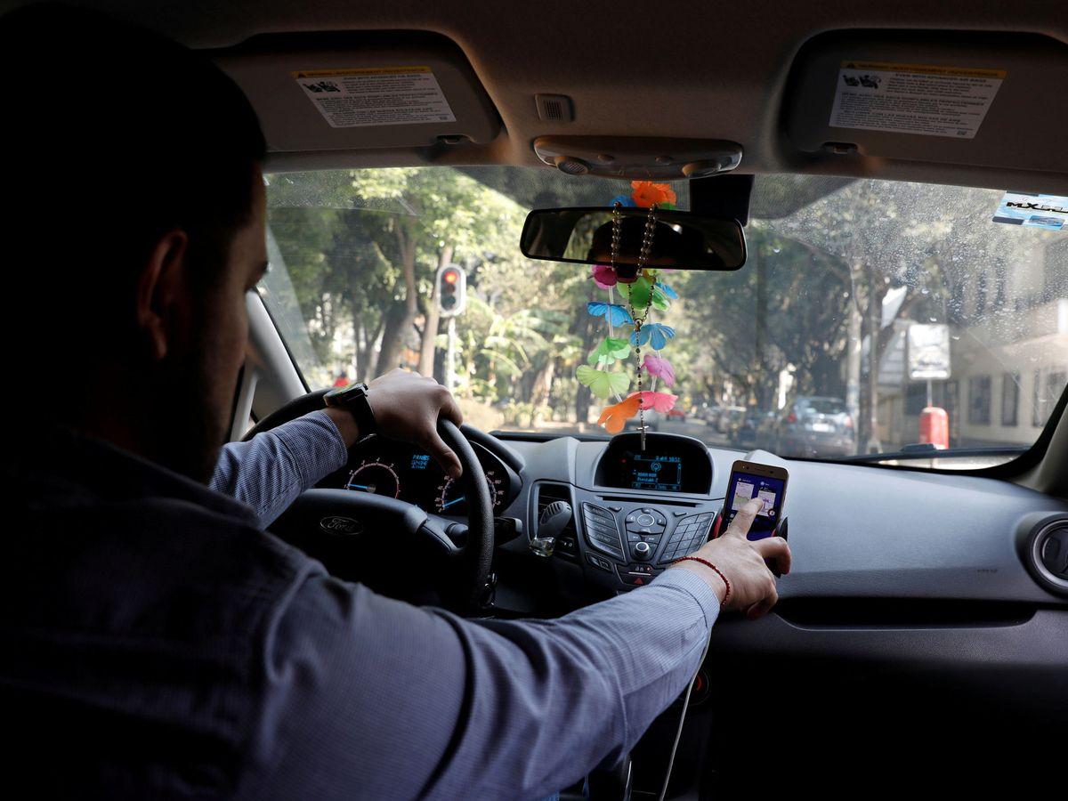 Foto: Llega el radar indetectable que solo te multará si utilizas el móvil en el coche. (Reuters)
