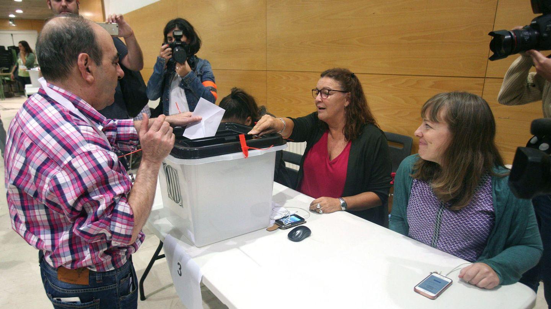 Un ciudadano deposita su papeleta en una urna en el IES Antoni Martí i Franquès de Tarragona. (EFE)