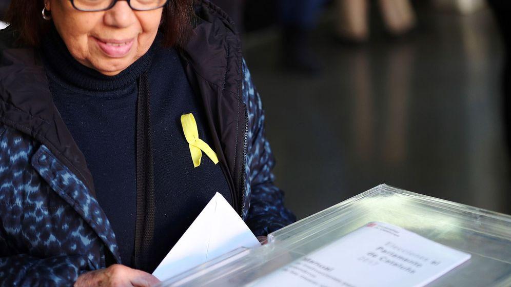 Foto: Ciudadana esperando su turno para ejercer su derecho a voto portando un lazo amarillo (EFE)