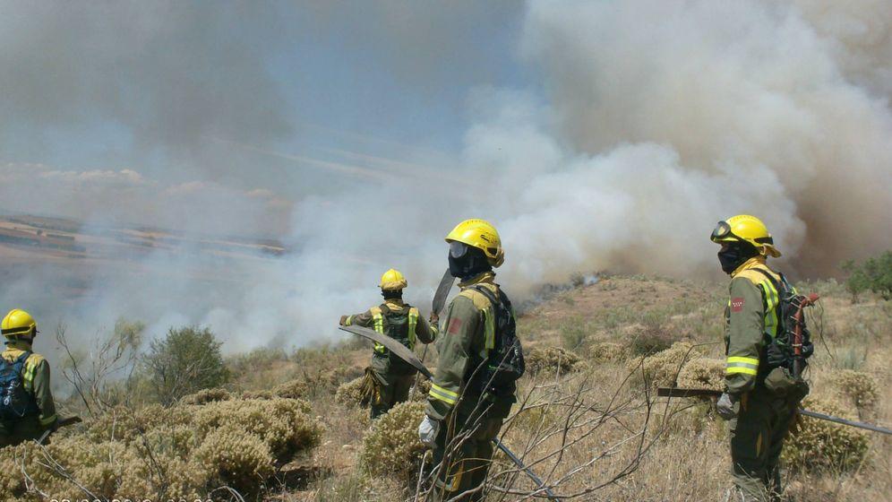 Foto: Bomberos forestales trabajando en un incendio (Efe)