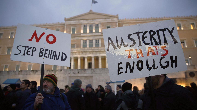 Ciudadanos griegos durante la protesta contra los recortes celebrada ante el Parlamento, en Atenas (Reuters).