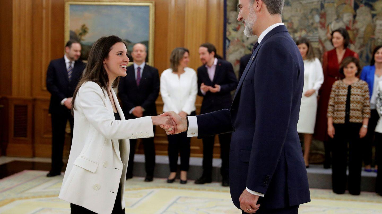 Irene Montero, junto al rey Felipe. (Reuters)
