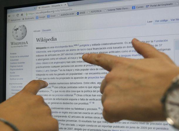Foto: Dos usuarias consultan en internet la enciclopedia libre digital Wikipedia