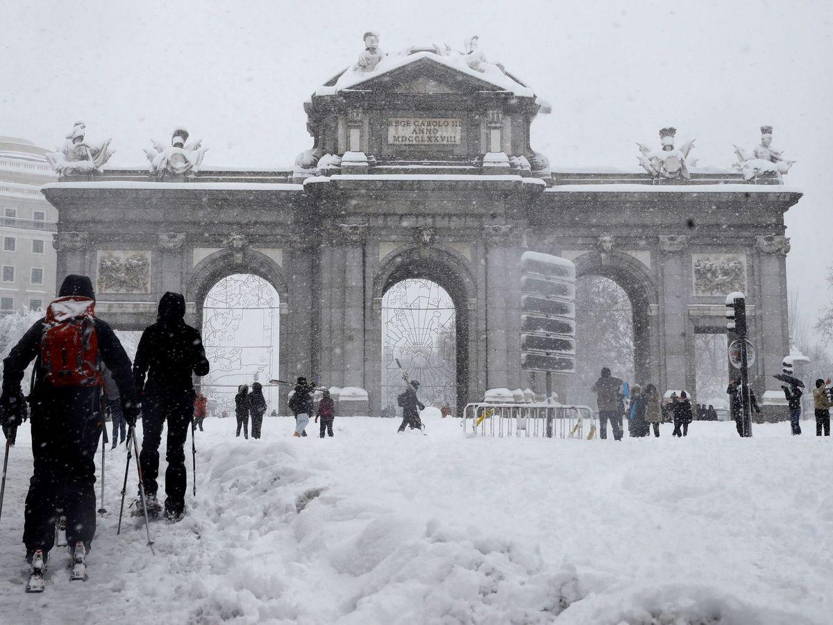 Foto: Varias personas caminan junto a la Puerta de Alcalá de Madrid. (EFE)