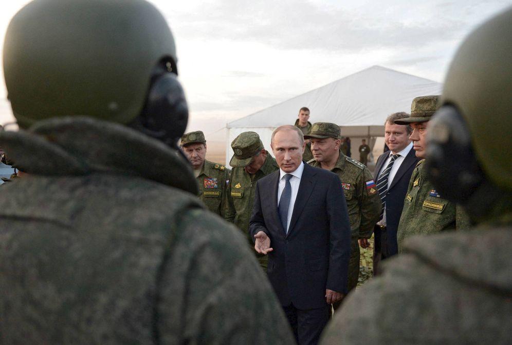 Foto: El presidente ruso, Vladimir Putin, habla con militares durante unas maniobras de entrenamiento en Orenburg, Rusia. (Reuters)