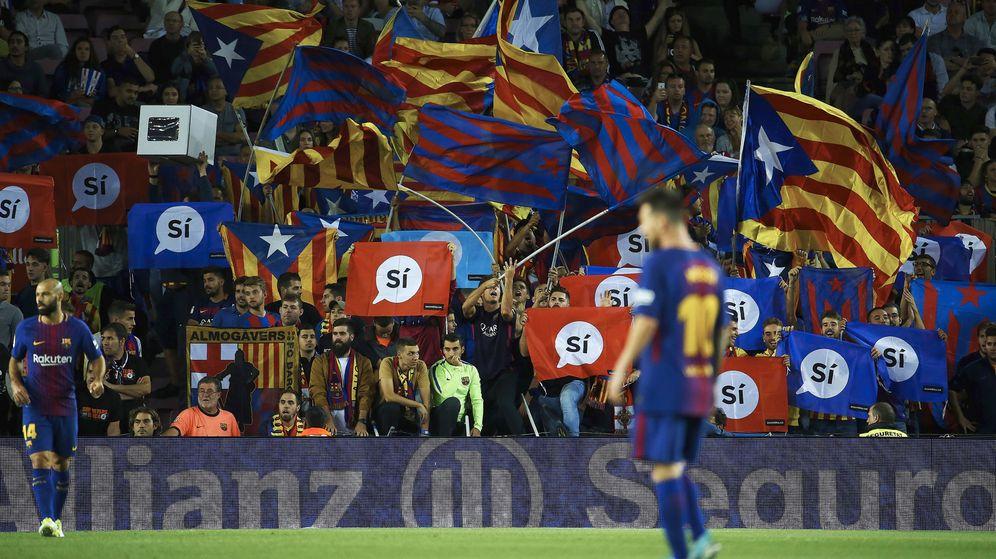 Foto: Parte de la afición del FC Barcelona se manifestó a favor del referéndum del 1-O el miércoles en el Camp Nou. (EFE)