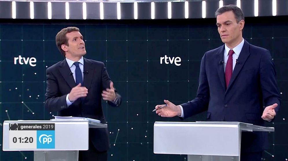 Foto: Pablo Casado (PP) y Pedro Sánchez (PSOE) durante el debate a cuatro de RTVE (Reuters)
