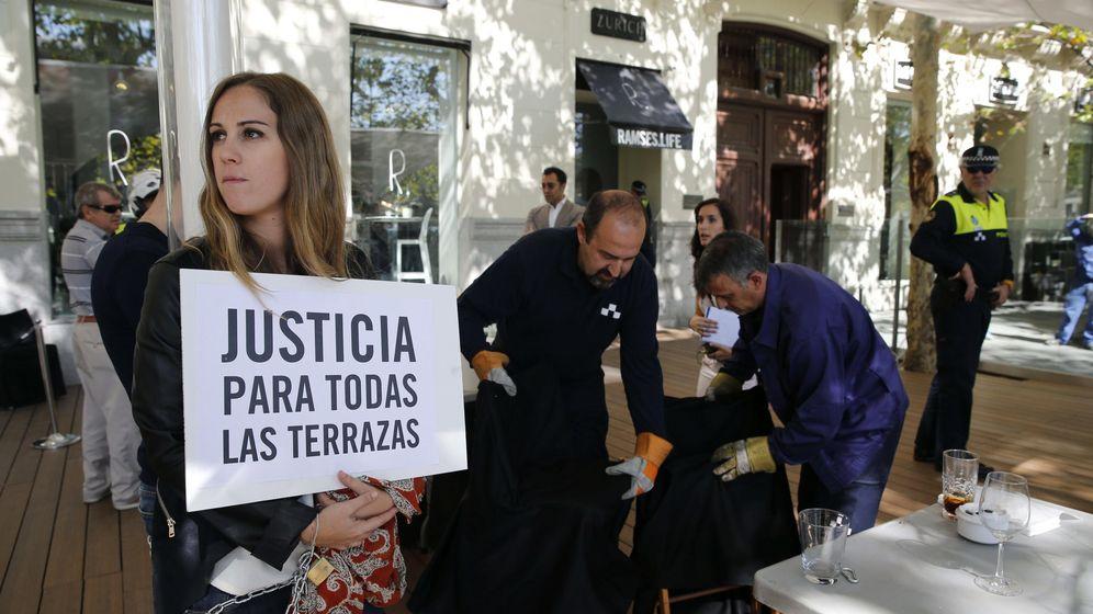 Foto: Trabajadores del restaurante Ramses de Madrid, ubicado en las proximidades de la Puerta de Alcalá, se han encadenado a la terraza del local para evitar que operarios del Ayuntamiento la desmantele (Efe)
