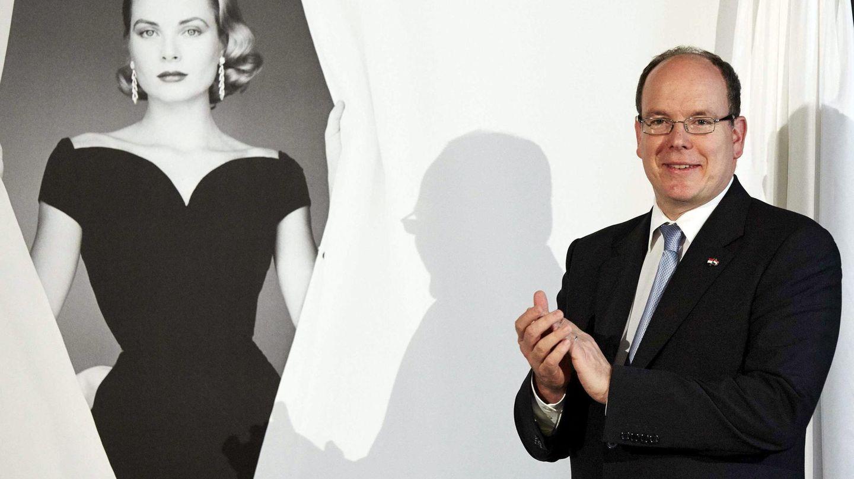 El príncipe Alberto II de Mónaco aplaude junto a una fotografía de su madre, en una imagen de archivo. (EFE)