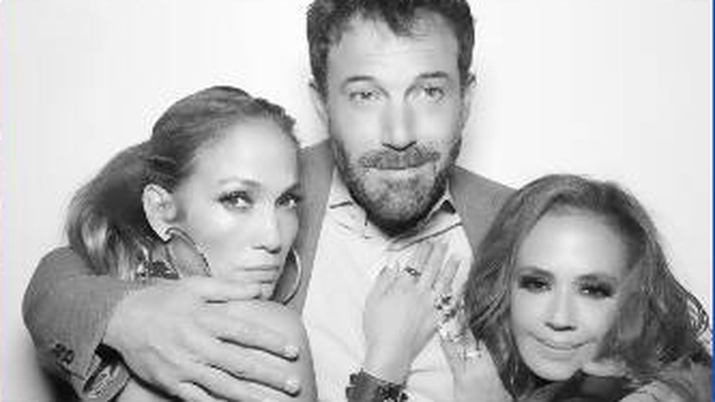 Jennifer Lopez y Ben Affleck, junto a Leah Remini. (Instagram @leahremini)