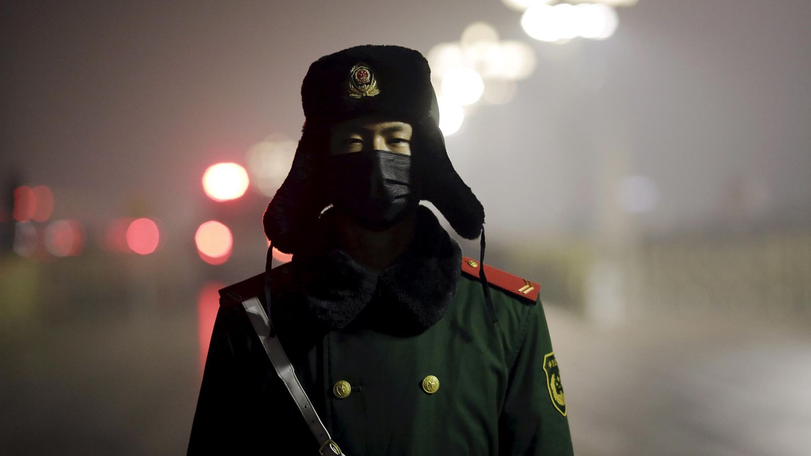 Foto: Un policía paramilitar de guardia en la Plaza de Tiananmen con una máscara en un día de alerta roja por contaminación, el 9 de diciembre de 2015 (Reuters).