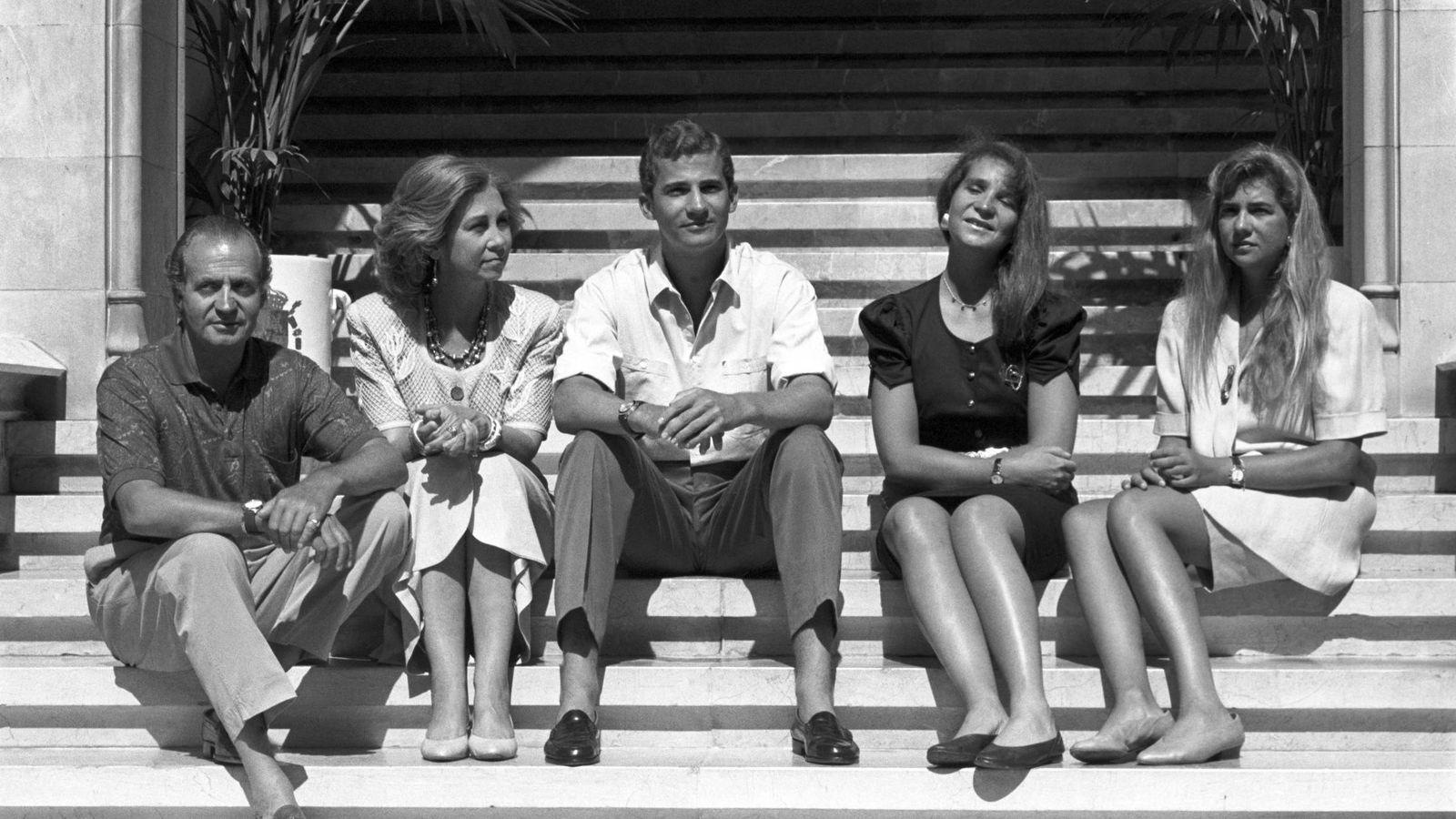Foto: El rey Juan Carlos junto a la reina Sofía y sus hijos, el entonces príncipe Felipe, la infanta Elena y la infanta Cristina, en el verano de 1990 en la Almudaina. (EFE)