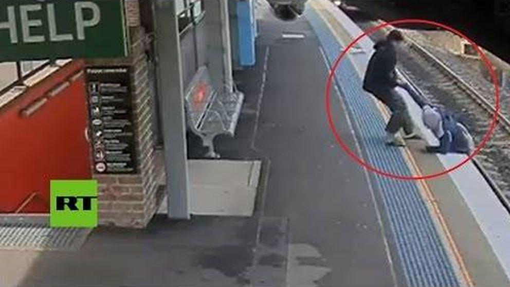 Retira a un hombre de las vías justo antes de que llegue el tren