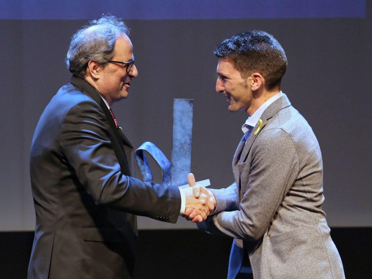 """Foto: Foto de archivo de Oriol Mitja recibiendo de manos del presidente de la Generalitat, Quim Torra, el premio """"Catalán del Año 2017"""" (EFE)"""