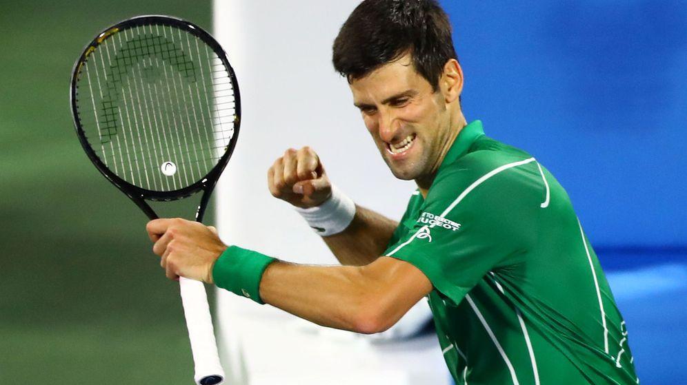 Foto: Djokovic celebra su último título ATP en Dubai contra el griego Tsitsipas. (Reuters)