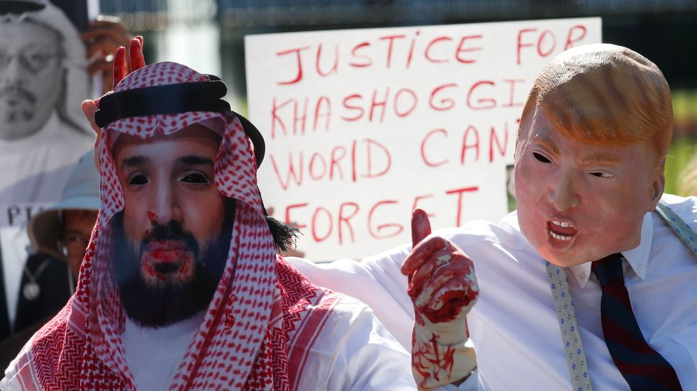 Foto: Activistas estadounidenses protestan por la desaparición y el presunto asesinato de Jamal Khashoggi frente a la Casa Blanca, el 19 de octubre de 2018. (Reuters)