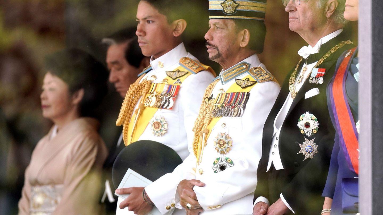 El sultán de Brunéi y su hijo, con el rey Carlos Gustavo de Suecia. (Getty)