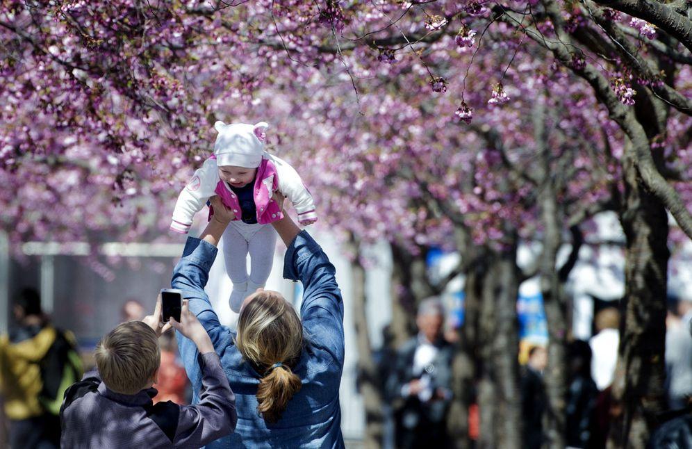 Foto: Un joven fotografía a un bebé junto a su familia. (Reuters)