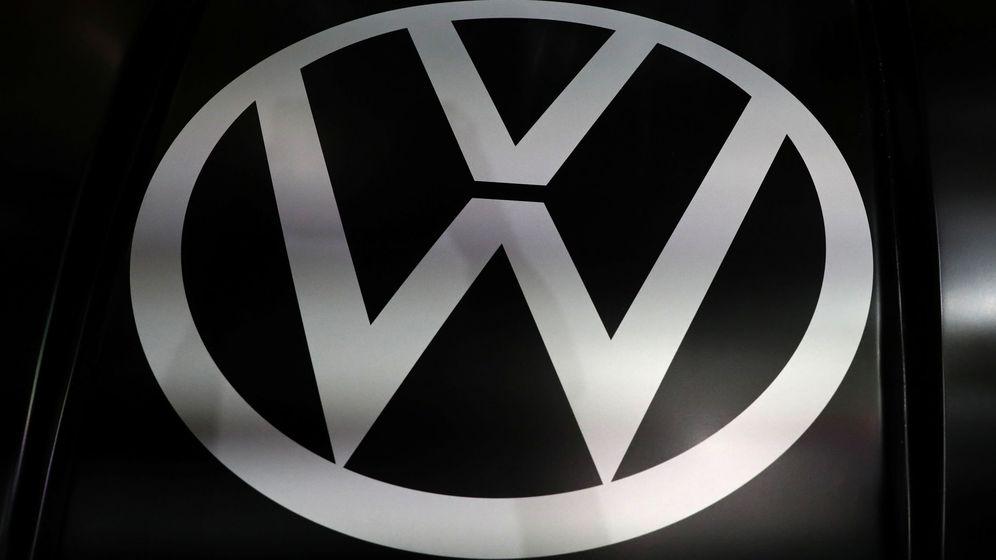 Foto: Logo de Volkswagen en un feria de vehículos. (Reuters)