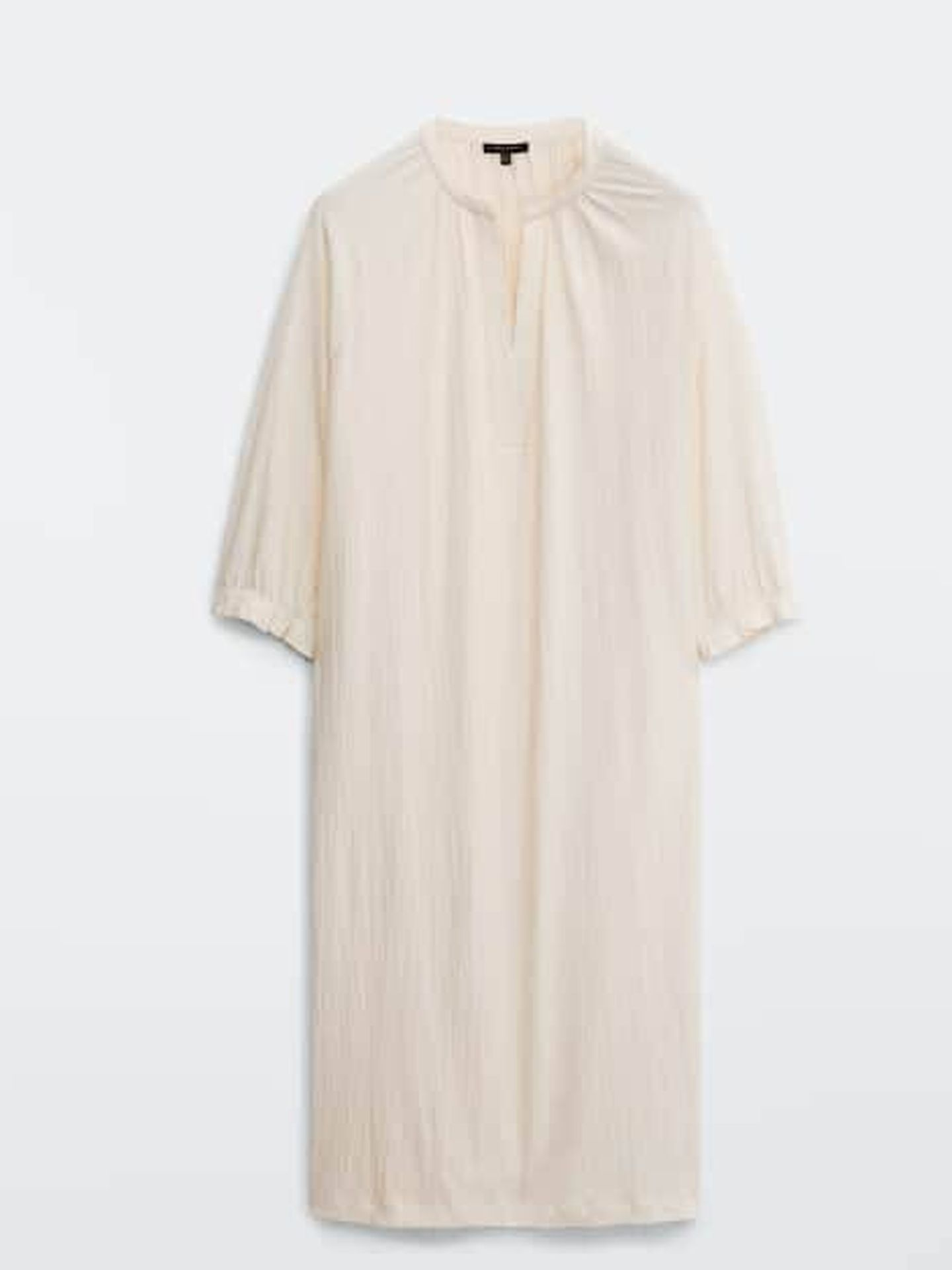 Vestido fluido de Massimo Dutti. (Cortesía)