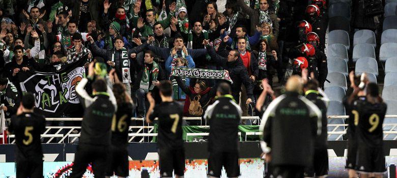 Foto: Jugadores del Racing saludan a sus aficionados en Anoeta (EFE)