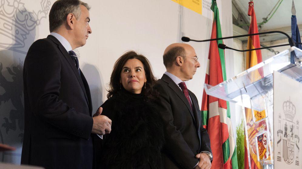 Foto: El nuevo delegado del Gobierno en Euskadi, Javier de Andrés (i), junto a la vicepresidenta del Gobierno, Soraya Sáenz de Santamaría, y su antecesor, Carlos Urkijo. (Efe)