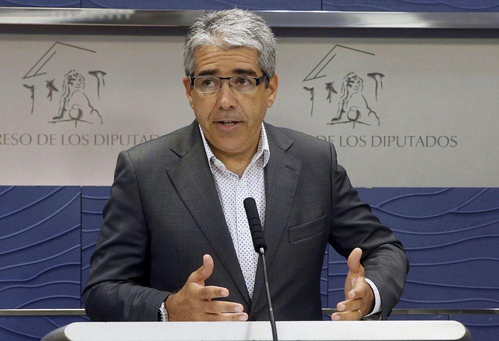 Foto: El portavoz del Partit Demòcrata Català en el Congreso, Francesc Homs, en rueda de prensa en la Cámara Baja este 2 de agosto. (EFE)