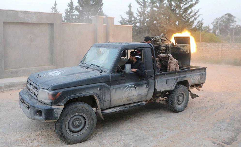 Foto: Combatientes del Gobierno reconocido por la ONU durante combates en Trípoli. (Reuters)
