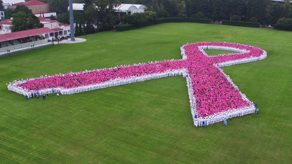 Foto  Miles de personas forman un gran lazo rosa contra el cáncer de mama en 50aa964a3a148