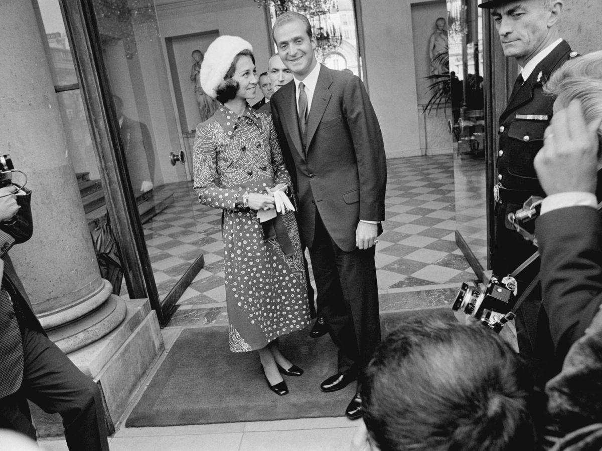 Foto: Los entonces príncipes Juan Carlos y Sofía, en París en los años 70. (Cordon Press)